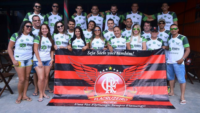 Torcida FlaCruzeiro faz homenagem para Chapecoense no Acre  (Foto: Anny Barbosa)