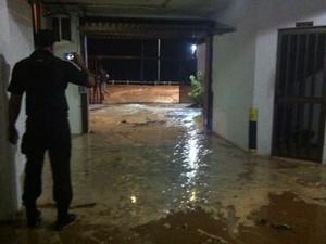 Chuva deixou estacionamento de prédio cheio de lama na zona Leste de Natal (Foto: Carolina Souza)
