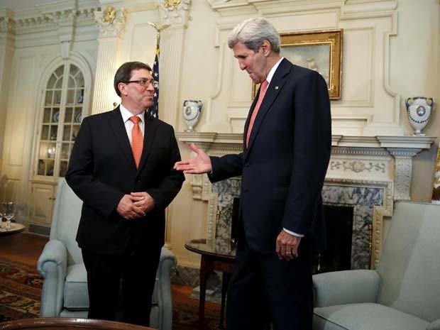 O ministro de Relações Exteriores de Cuba, Bruno Rodríguez, é recebeido pelo secretário de Estado dos EUA, John Kerry, nesta segunda-feira (20) em seu gabinete em Washington (Foto: REUTERS/Jonathan Ernst)