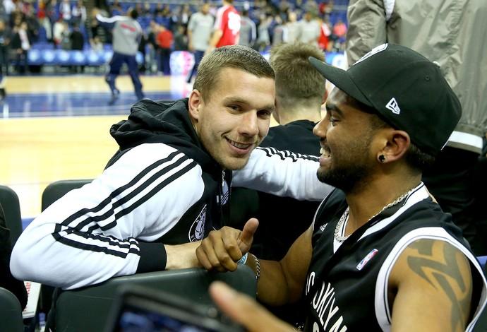 Lukas Podolski torcida jogo NBA em Londres (Foto: Getty Images)