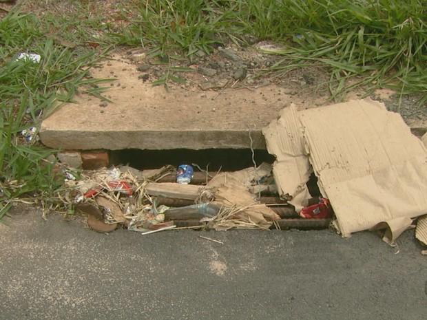 Lixo entope bueiros e provoca mau cheiro nas residências (Foto: Eder Ribeiro/EPTV)