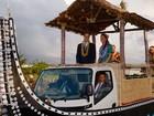 William e Kate visitam Ilhas Salomão e desfilam em carro decorado