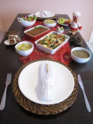 Ceia vegetariana em uma mesa decorada para o Natal (Foto: Mariane Rossi/G1)