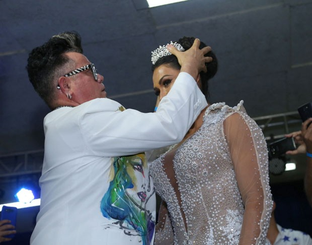 Gracy recebe a coroa (Foto: AgNews / Anderson Borde)