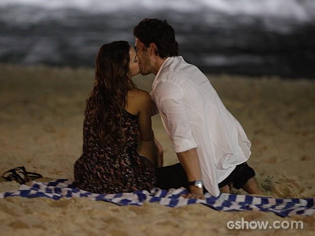 Bruna Marquenize e Gabriel Braga Nunes gravam cena de beijo (Foto: Pedro Curi/TV Globo)
