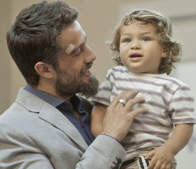César pega filho no colo e assusta Sirlene no hospital (Foto: TV Globo)