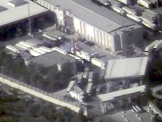 Frame de vídeo mostra movimentação na fronteira entre Turquia e Síria. Autoridades russas afirmaram que imagens de satélite mostram caminhões-tanque sendo abastecidos com petróleo em local tomado pelo Estado Islâmico antes de adentrarem a Turquia (Foto: Reuters/Ministério da Defesa da Rússia)