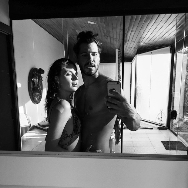 Isis Valverde posa com o namorado, Uriel del Toro (Foto: Instagram/ Reprodução)