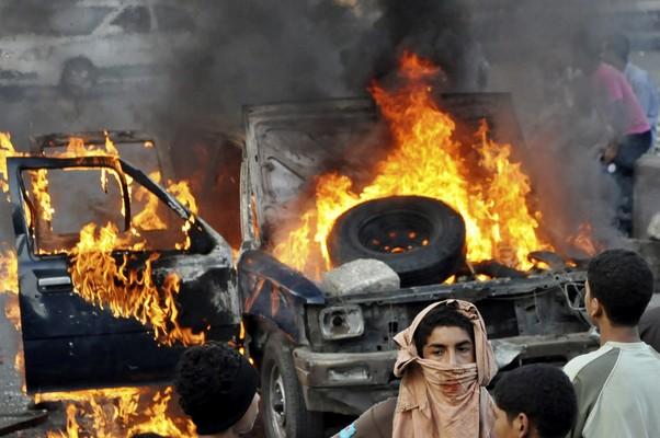 Em protesto, egípcios queimaram um carro na região central do Cairo neste sábado (Foto: AP Photo)