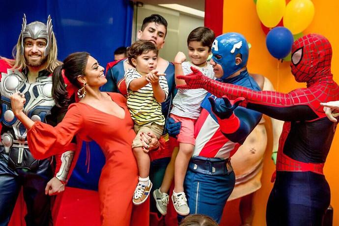 Juliana Paes durante a comemoração com os filhos Antonio e Pedro (Foto: Arquivo pessoal)