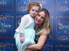 Juliana Baroni recebe o carinho da filha em estreia de peça em São Paulo