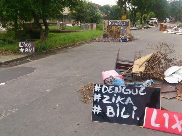 Diversas placas foram posicionadas em protesto realizado em São Vicente, SP (Foto: LG Rodrigues / G1)