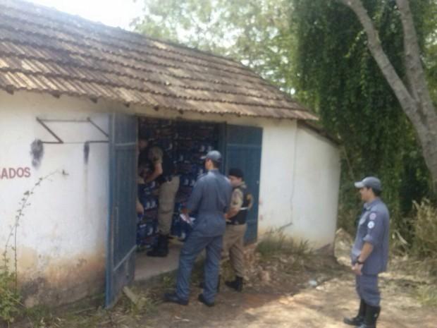 Bombeiros fiscalizam galpão usado como depósito de fogos em Santo Antônio do Monte (Foto: Nayara de Paula/G1)