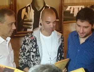 Diego Tardelli com os sócios em restaurante (Foto: Rafael Araújo)