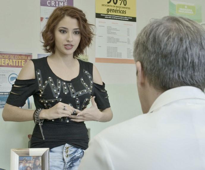 Natasha aparece no consultório de Tomás e parece trazer uma bomba! (Foto: TV Globo)