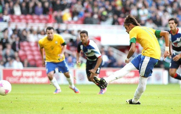 Neymar cobra pênalti amistoso Brasil x Grã-Bretanha (Foto: AP)