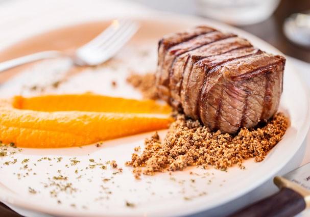 Ojo com purê de cenoura e farofa de pistache (Foto: Divulgação)