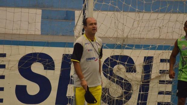 Galego até tira o chapéu, mas não consegue fazer o gol (Foto: João Áquila/GLOBOESPORTE.COM)