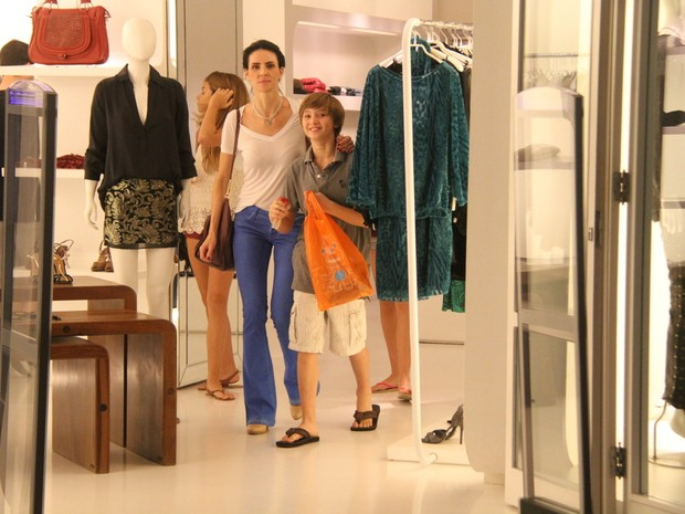 Lisandra Souto e filhos em shopping no Rio (Foto: Ag. News)