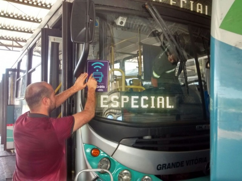 Ônibus com wi fi receberam um selo especial (Foto: Kaique Dias/CBN Vitória)