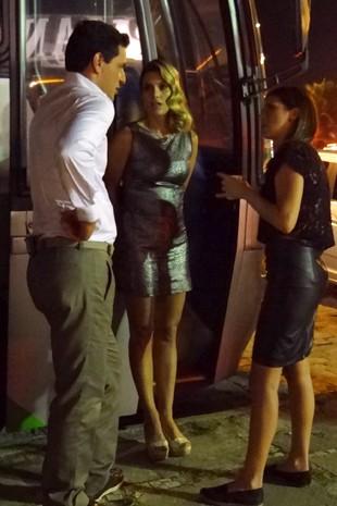 Rodrigo Lombardi,Flávia Alessandra e Fernanda Paes Leme conversam durante gravação (Foto: Salve Jorge/TV Globo)