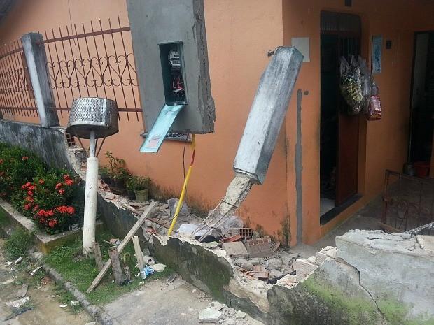 Idosa estava entre o muro e a casa no momento do acidente (Foto: Girlene Medeiros /G1 AM)