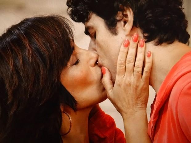 A loira ainda precisa encarar um beijão entre Roberta e Nando (Foto: Guerra dos Sexos / TV Globo)