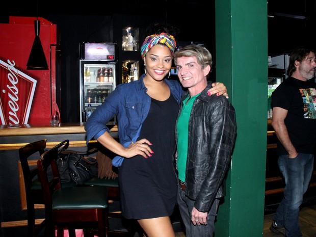 Juliana Alves com amigo em bar na Zona Oeste do Rio (Foto: Thyago Andrade/ Divulgação)