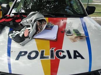 Dinheiro da vítima, celulares e objetos comprados com cartão da vítima  (Foto: Polícia Militar/Reprodução)