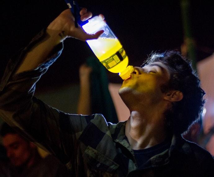 Rafa bebe o isotônico.... (Foto: Fabiano Battaglin/Gshow)