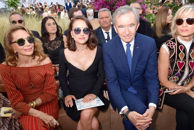 Marisa Berenson, Nathalie Portman e Bernard Arnault  (Foto: Getty Images)