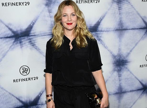 """Drew Barrymore, desde que era atriz mirim, nunca fez questão de ser magrinha. E continua não fazendo. Numa entrevista à revista 'Elle', a estrela chegou a declarar: """"Não existe espaço na minha vida para neuroses nem para as expectativas alheias"""". (Foto: Getty Images)"""