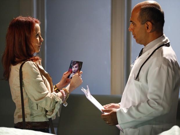 Quando o médico pergunta como era o rosto de Inácio, Dália mostra foto de Fabian (Foto: Cheias de Charme / TV Globo)