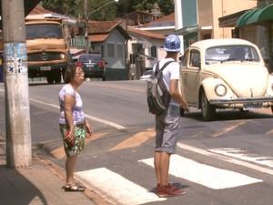 Pedestres têm dificuldades para atravesar a SP-342 em Águas da Prata (Foto: Eder Ribeiro/EPTV)