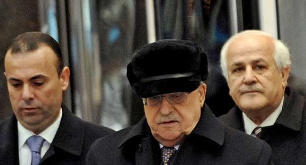 O presidente palestino, Mahmoud Abbas, deixa hotel nesta sexta-feira (30) em Nova York (Foto: AP)