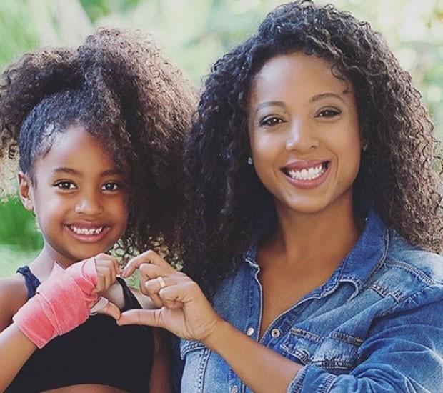 Negra Li e a filha, Sofia: valorização dos cabelos cacheados (Foto: Reprodução/Instagram)