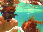 Marina Ruy Barbosa e Klebber Toledo posam durante mergulho