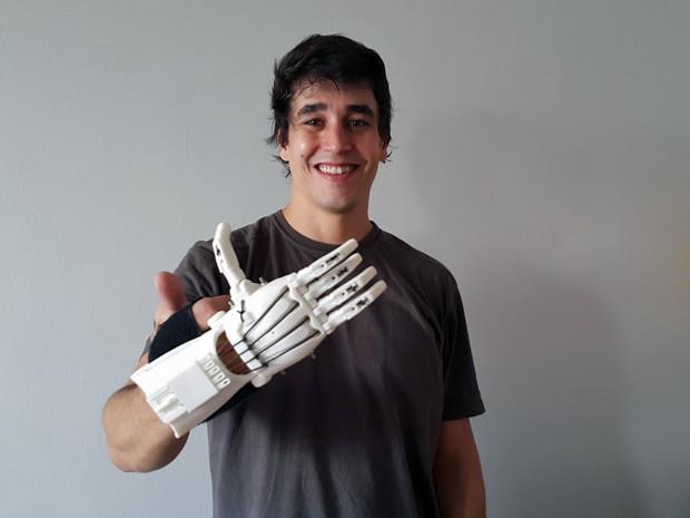 O cientista da computação Marcos Roberto Oliveira, de Brasília, que faz próteses em impressora 3D ao custo de R$ 10 (Foto: Raquel Morais/G1)