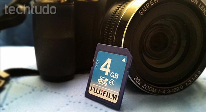 Use o cartão de memória da câmera para enviar suas fotos para o PC (Foto: Barbara Mannara/TechTudo)