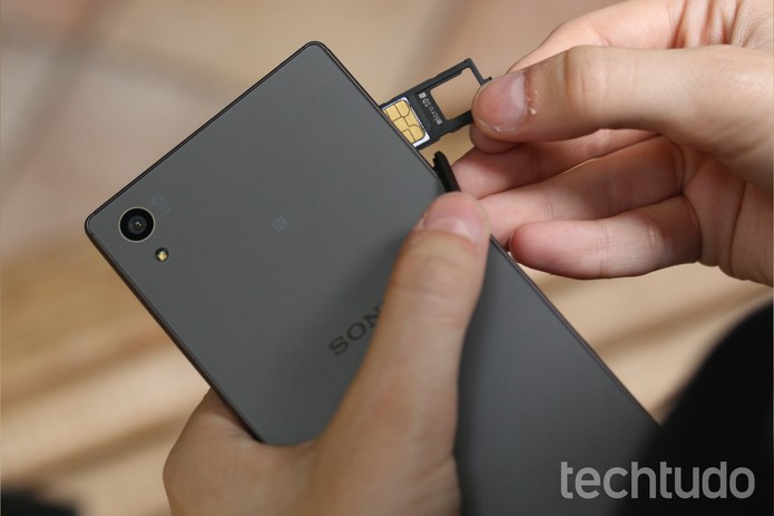 Insira o chip no slot do Xperia Z5 (Foto: Lucas Mendes/TechTudo)