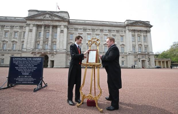 Cavalete com anúncio oficial do nascimento do bebê real é colocado na frente do Palácio de Buckingham (Foto: AFP)