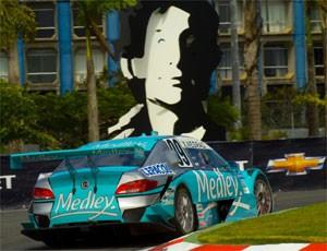Negrão e a escultura de Senna (Foto: Miguel Costa Jr/MF2/Divulgação)