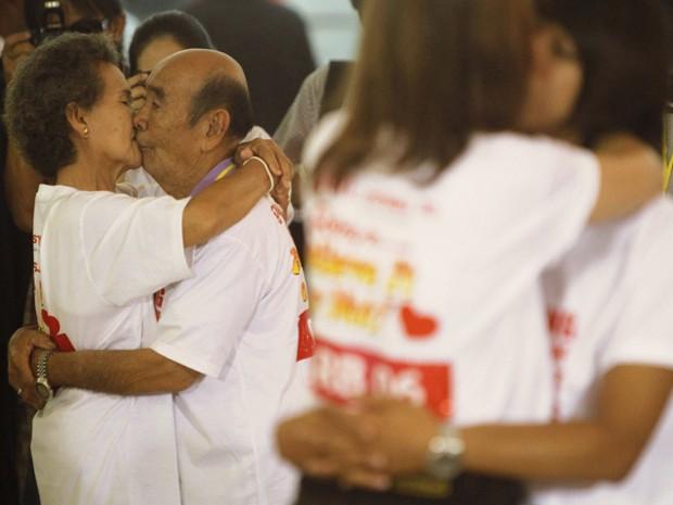 Bunjed Yomjinda, de 74 anos, beija Suwanna Yomjinda, de 72, em tentativa de quebrar o recorde de beijo mais longo, em Pattaya,150 km a leste de Bangkok, Tailândia, nesta terça-feira (12). (Foto: Reuters/Chaiwat Subprasom)