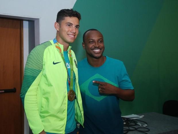 Thiago Braz e Thiaguinho em evento na Zona Oeste do Rio (Foto: Daniel Pinheiro/ Ag. News)