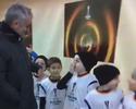 Mascote do Rostov conhece Mourinho, e a reação do menino é impagável; assista