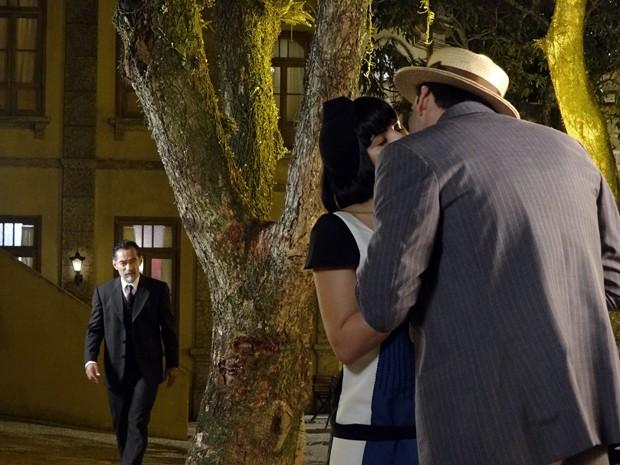 Melk chega de surpresa e vê beijo de Malvina e Rômulo (Foto: Gabriela / TV Globo)