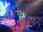 Com looks curtinhos, dançarinas roubam a cena em show de Leonardo