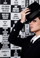 Carol Castro flerta com o masculino e o feminino em ensaio de moda