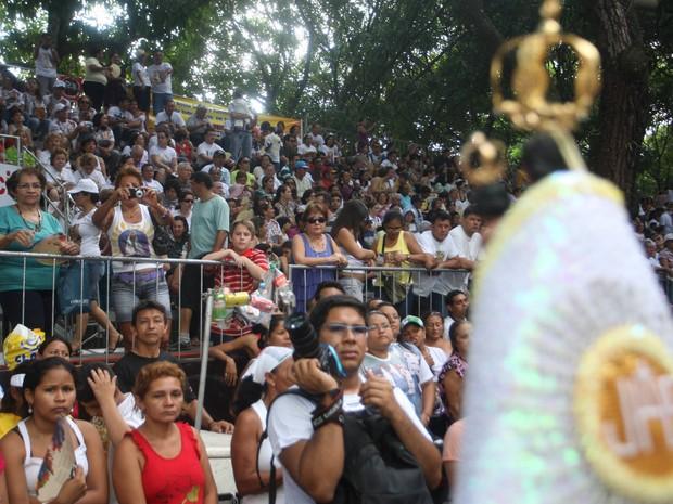 Lugar em arquibancada é disputado durante procissões do Círio de Nazaré (Foto: Igor Mota / Amazônia Jornal)
