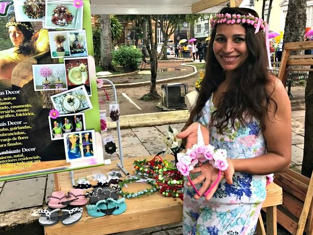 Cristiane Mota, 45 anos, expositora de coroas de flores, na Feira do Paço (Foto: Patrick Marques/G1 AM)